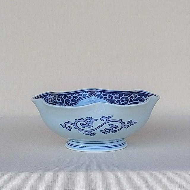 伐太郎窯 染付 濃唐草 三方窓割山水 輪花7寸鉢
