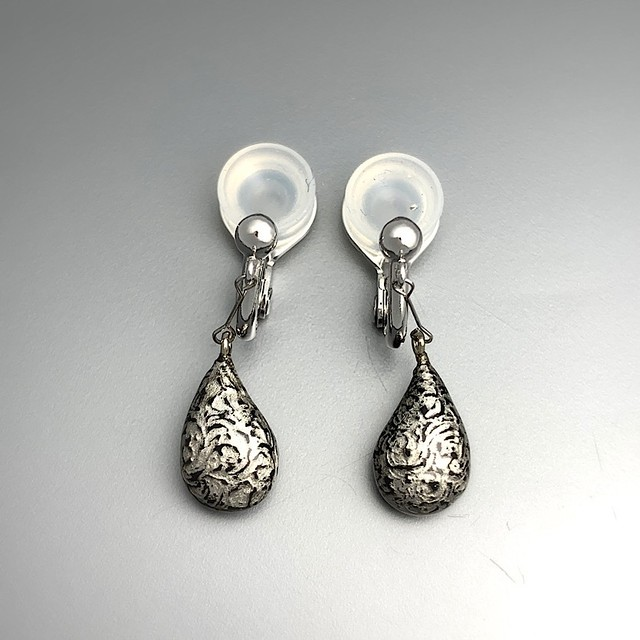 プラチナ箔と黒漆のイヤリング Earrings of platinum foil and the black lacquer
