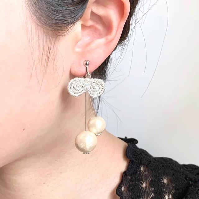 シルバーさくらんぼのモチーフ耳飾り