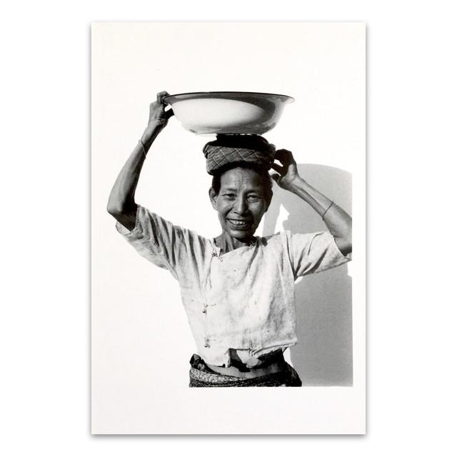 ポストカード タイ人のモノクロのポートレイト 「Carry on the head(Man) Kanchanaburi 2003」