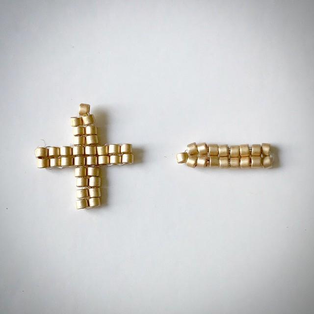 【+hiku】#ガラスビーズで編み上げた優しい金色のピアス&イヤリング
