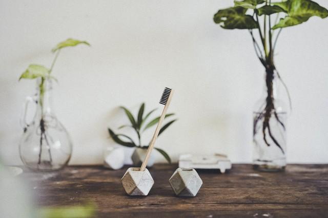 陶器の歯ブラシホルダー 2個セット ホワイト・アッシュグレー 幾何学  / Ceramic Toothbrush Holder White & Ash-grey 2 pieces set