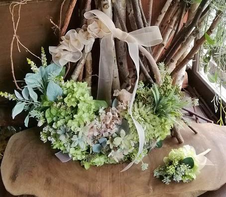 リボンのデザインにこだわった植物スタイルのリースブーケ&ブートニア