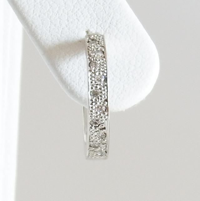 シンプルでエレガントな王道ダイヤモンドフープピアス