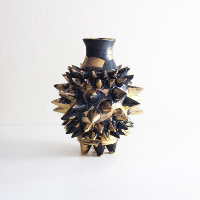 力強さを感じる個性的な酒の器 陶芸作家【古賀崇洋】スタッズ徳利 Spike Sake  Bottle (GOLD×BLK)