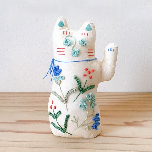 和紙と刺繍花のまねきねこ 「青」 人を呼び込む左手招き