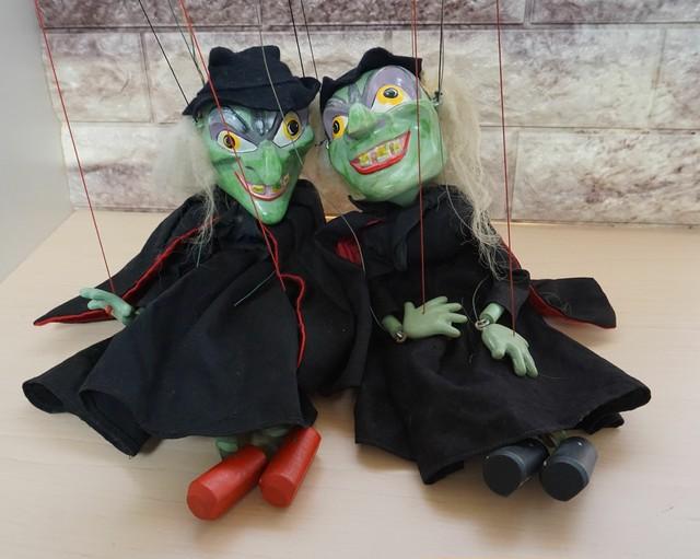 ハロウィンにどうですか?魔女のマリオネット2人組!1960年代の木製です!