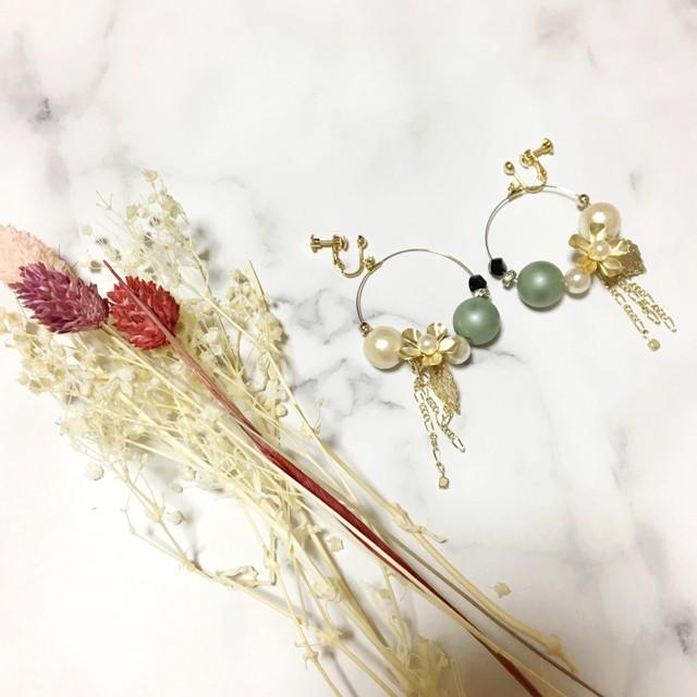フープで揺れるお花のコットンパールイヤリング