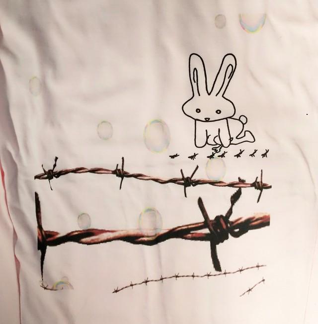 アリを見るうさぎTシャツ(長袖・ライトピンク)