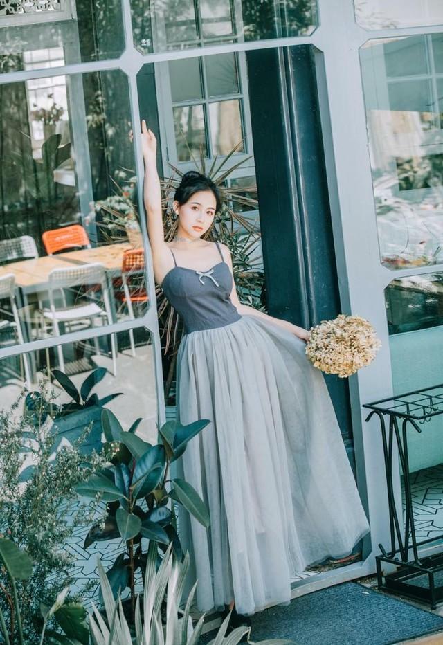 【 送料無料 】シンプルめなデザインにボリュームたっぷりのロングスカートが素敵なドレス! パーティードレス ドレスワンピース 袖なし キャミソール チューブトップ 春夏 リボン お呼ばれ お食事会 ディナー リゾート 大人可愛い ロング丈 A054