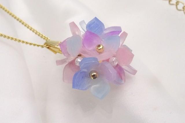 淡い色、紫陽花のネックレス