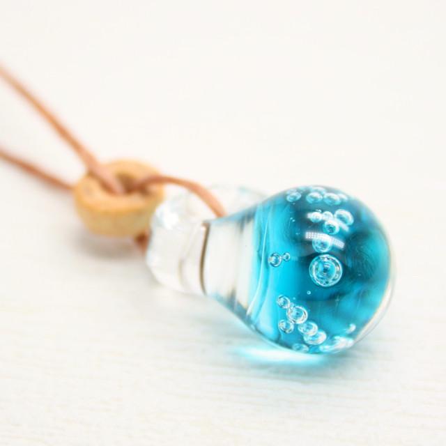 【BASE Mag.掲載商品】ガラスのしずくペンダント 海:青 アクセサリー ハンドメイド