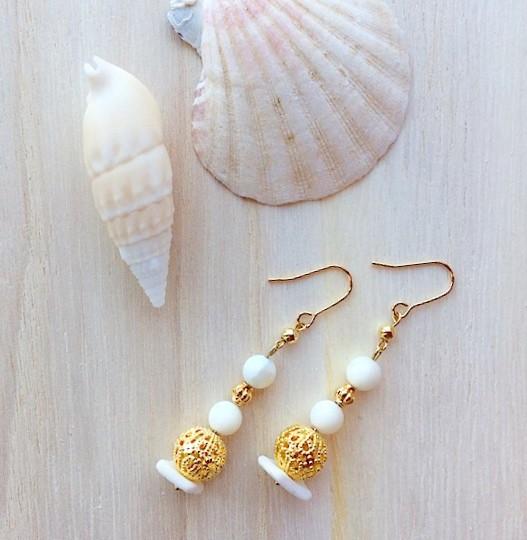 【beach chic NO.3】マザーオブパールとホワイトサンゴのオリエンタルピアス
