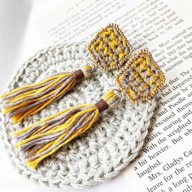 【K032】イエローグレーのアンティーク風タッセル耳飾り(各種ピアス金具対応)【かぎ針編み×ビーズ刺繍】
