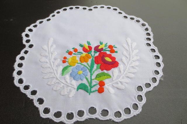 ハンガリー★手刺繍★カロチャ&白刺繍の円形ドイリー