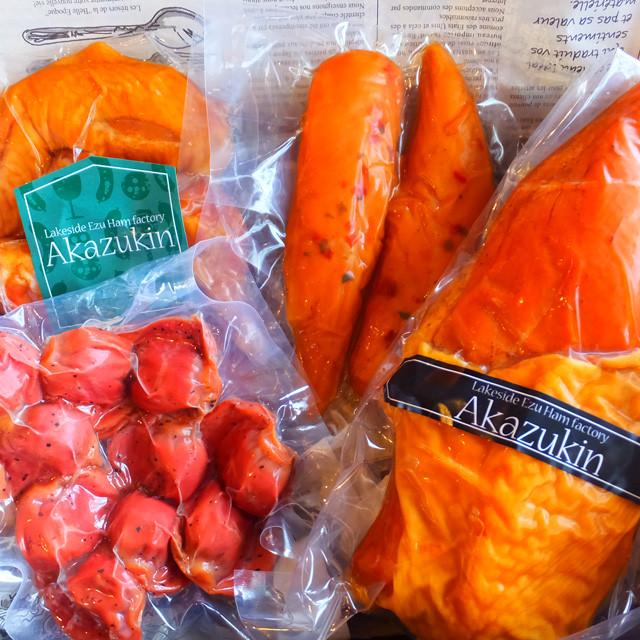 パッケージを開けると、燻製のいい薫りが…!父の日に贈る薫り高い燻製製品。