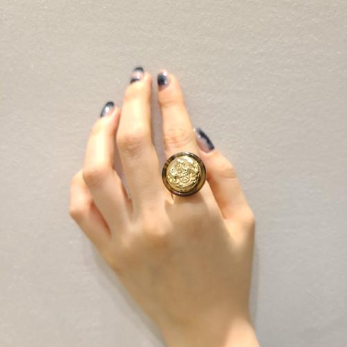 ゴールド×ブラウンの組み合わせが人気! アンティーク風 ボタン リング