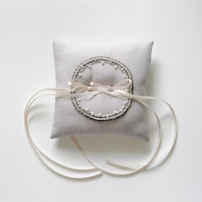 真っ白じゃない美しさ、繊細な雰囲気が柔らかいリングピロー
