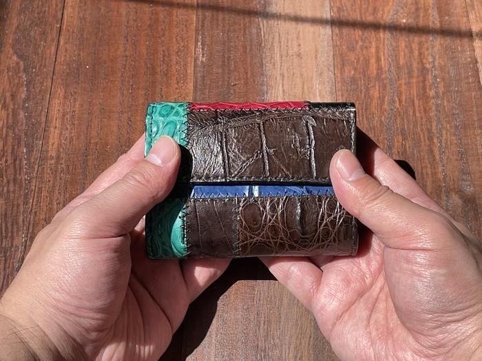 素材は無駄なく使う!人気素材クロコダイルを使ったつぎはぎ模様のカードサイズ極小ミニ財布