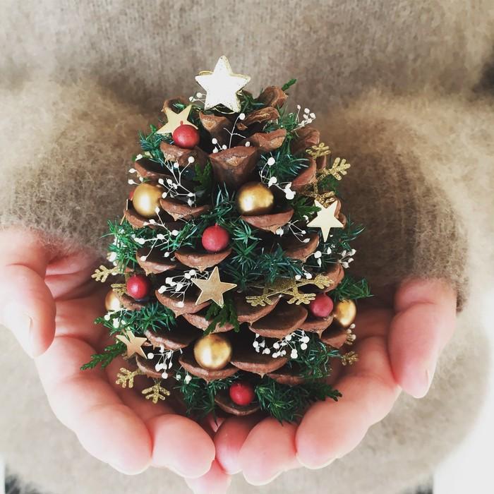 クリスマスの贈り物。松ぼっくりの星降るクリスマスツリー