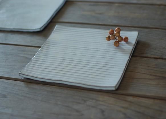 どんなお料理にも合う万能うつわ。白い陶器の陶版のお皿