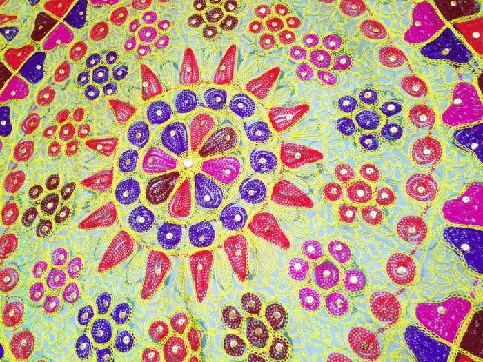 空間に飾るインテリアファブリックとして。タイで見つけたヴィンテージの伝統刺繍ファブリック