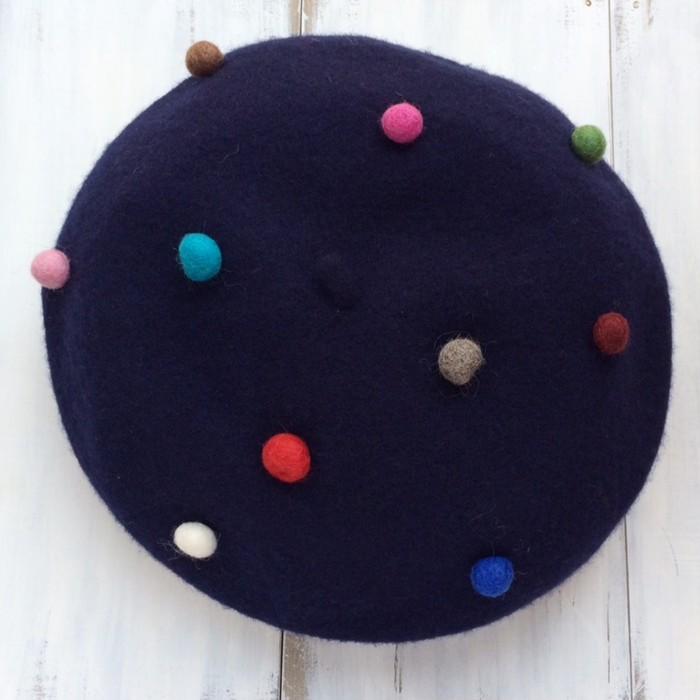 どの角度から見てもオシャレ!カラフルなポンポンが可愛いウールベレー帽