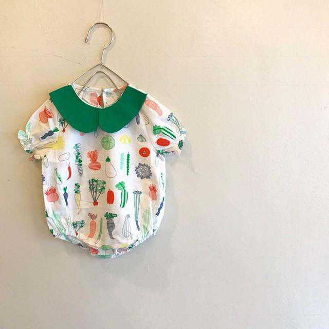 白地に野菜をモチーフにして、パフスリーブやグリーンの大きめな丸襟がオシャレな半袖ロンパース