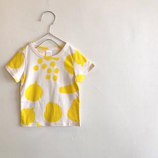 アイボリー色にレモンイエローのデッサン風な、フルーツデザインのTシャツ