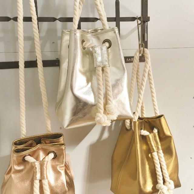 ゴートレザー使用!存在感のあるロープとメタリックレザーの巾着バッグ
