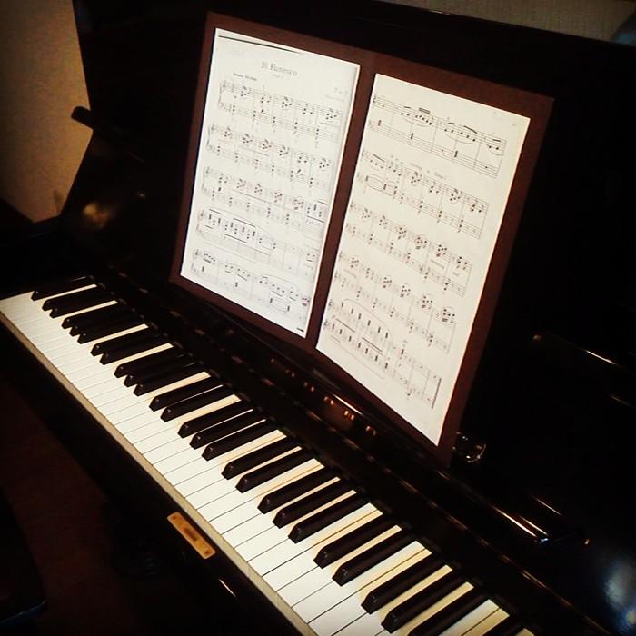 音楽教室の先生と生徒さんのために、1曲分の楽譜を綴じられる台紙を仕立てました。