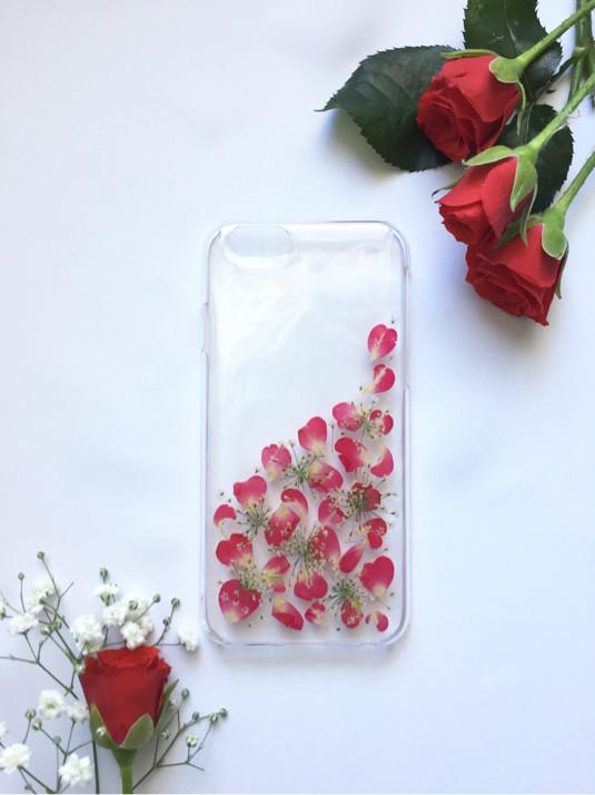 バラの花びらがたくさん♡バラ園が広がる押し花のiPhoneケース