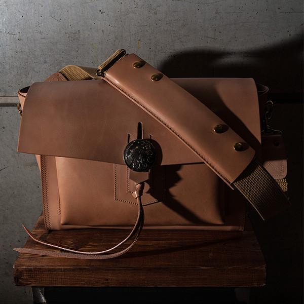 大きめスクエアデザインはどんなものでも入る優秀バッグ♡個性的なルックスなショルダーバッグ!