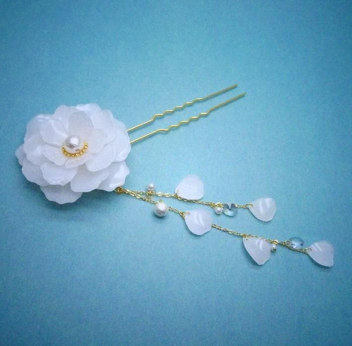 まとめ髪に映える、真っ白で上品な一輪のお花かんざし