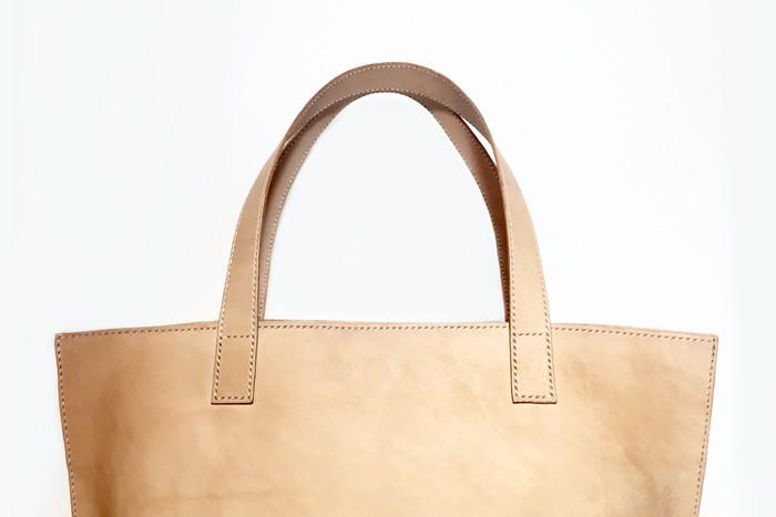 極限までシンプルにした美しいレザーハンドバッグ