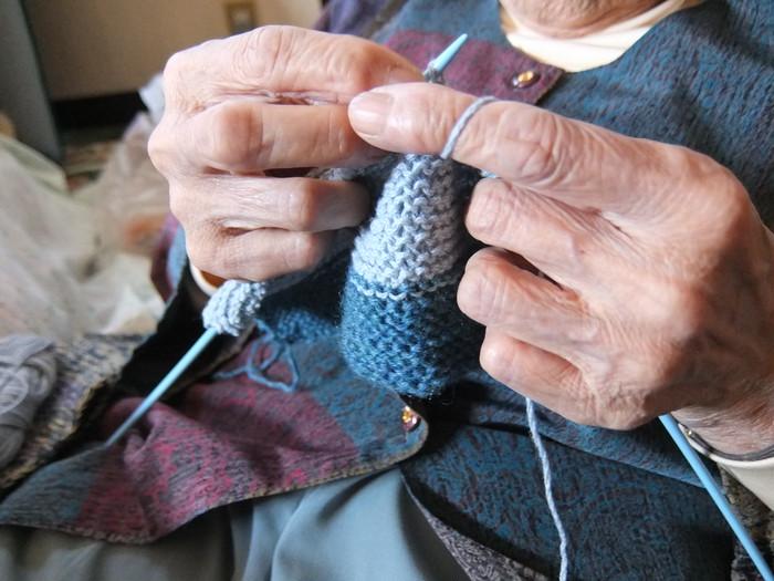 おばあちゃんが手で編んだペットボトルカバー。グランマーズスマイルを通しておばあちゃんに笑顔を届けよう