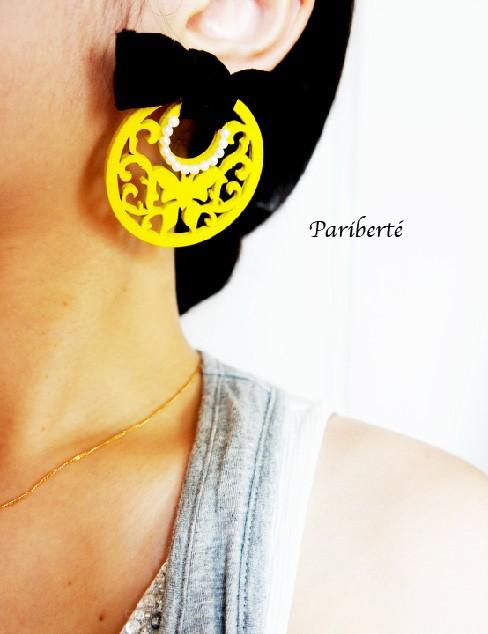 今日は耳元を主役に。イエローが鮮やかなモチーフをベルベットリボンで飾ったお目立ちピアス