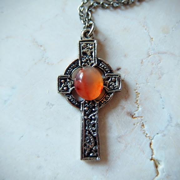 スコットランドのヴィンテージ・ショップから直接仕入れたケルトクロスの十字架ペンダント