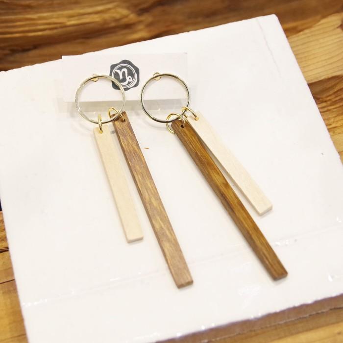 シンプルなオトナコーデに映える!Wood素材を使用した大ぶりピアス