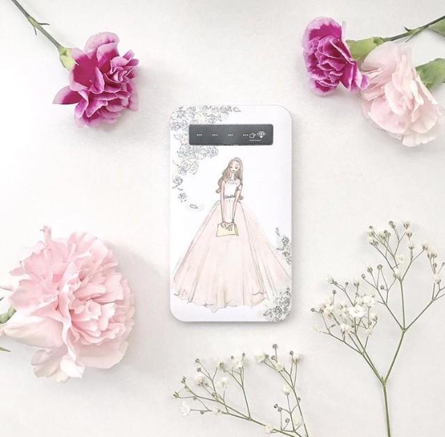 ドレスのイラストで女子力アップ♡持ち運びに便利なスマホバッテリー