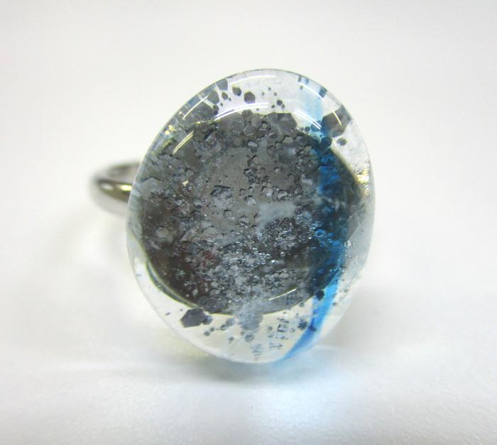 ガラスに閉じ込められた結晶がキラキラ輝く。一粒に深い世界観を込めたガラスリング