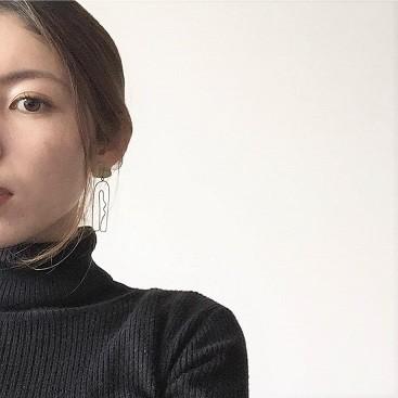 女性の横顔のような曲線で上品なデザインが美しい、メルボルン発ジュエリーブランドのイヤリング