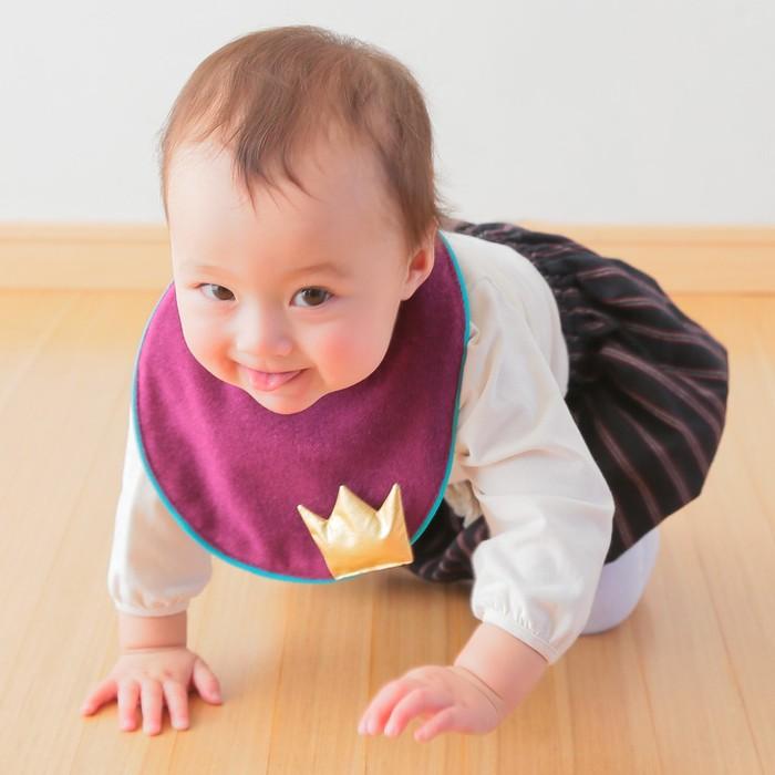 niiuの第2弾商品!コロンと可愛い形とポップな配色がポイントの「王冠付きスタイ」