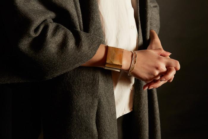 シンプルなお洋服に自分らしさを加えて。おしゃれ上級者になれるバングルの魅力。