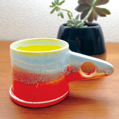 特徴的な取っ手と手作業で塗ったデザイン!一点モノのマイカップでステキなティータイム♪