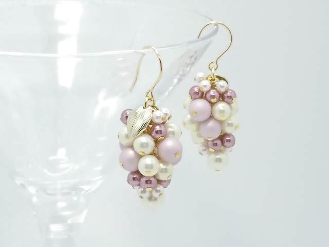 宝石のような葡萄の実。優しい色合いのカラーパールを組み合わせたピアス