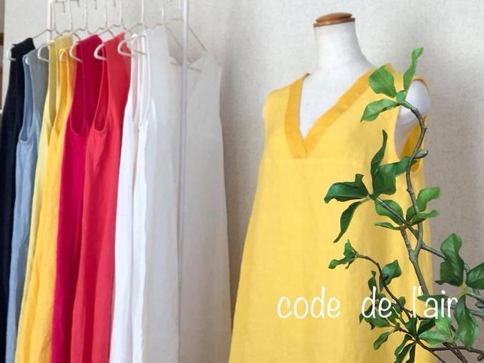 鮮やかなビタミンイエローのリネンワンピース。裾と襟元の柔らかなリネンガーゼが何とも言えない心地よさ。