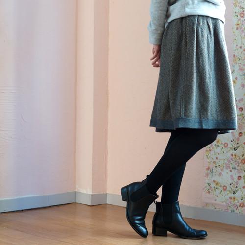 あたたかさを感じられるウールをミックス。寒い冬でも安心なミディアム丈スカート