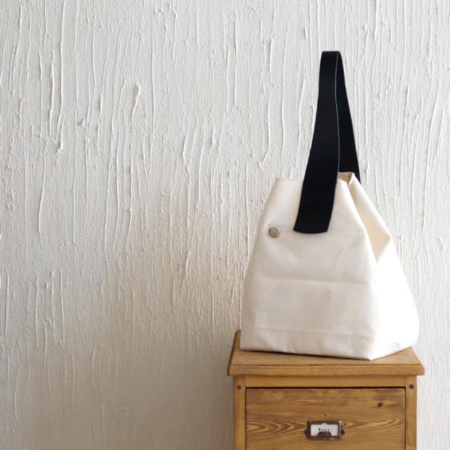 ゴルフのサンドバッグをイメージ。服のスタイルを選ばず持てる帆布地バッグ