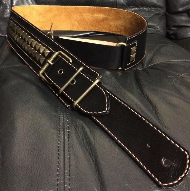 ブラックレザーとスタッズの相性が抜群!贅沢な本革製ギターストラップ
